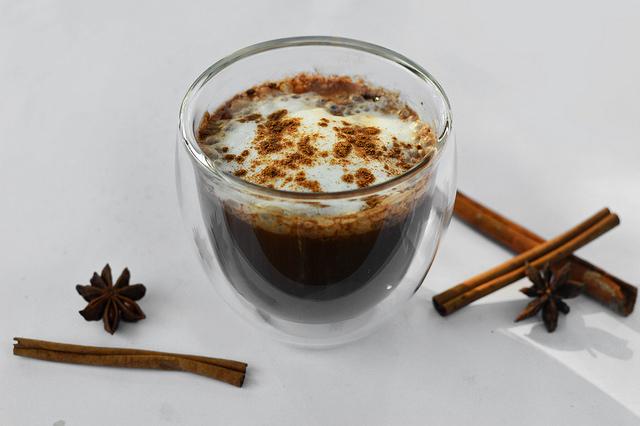 Café con cardamomo y canela